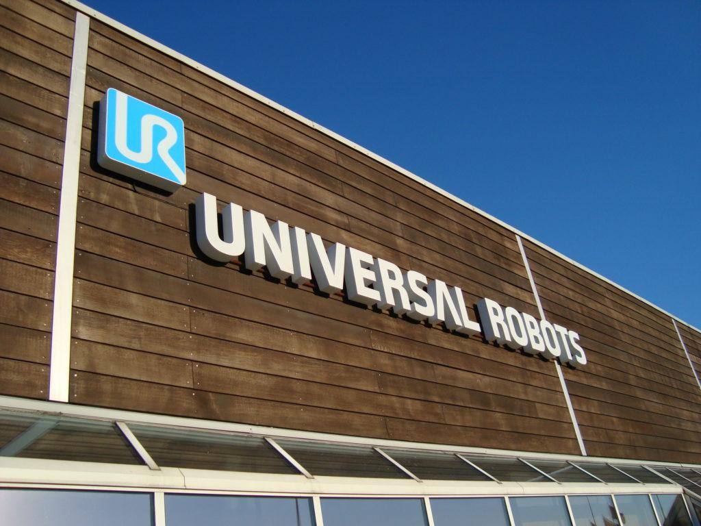 Universal Robots facadeskilte af elh skilte